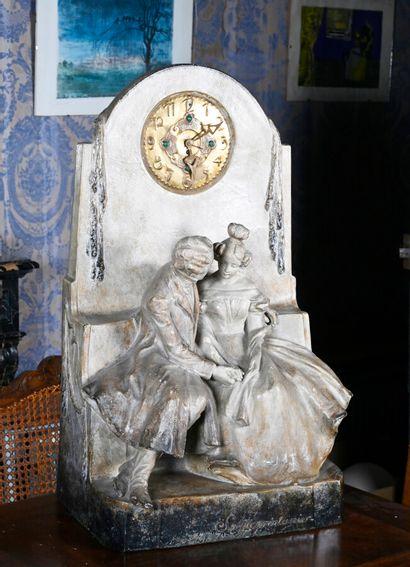 GOLDSCHEIDER (1845-1897)  Pendule en plâtre patiné à décor d'un couple assis sur...