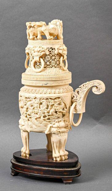 ** CHINE - Début XXème  Pot couvert en ivoire...