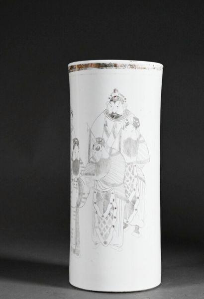 CHINE - XXe siècle  Vase rouleau en porcelaine à décor de personnages  H. 27 cm...