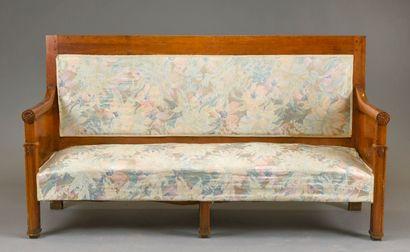 Canapé et un fauteuil en noyer mouluré et sculpté à décor de fleurs. Pieds droit...