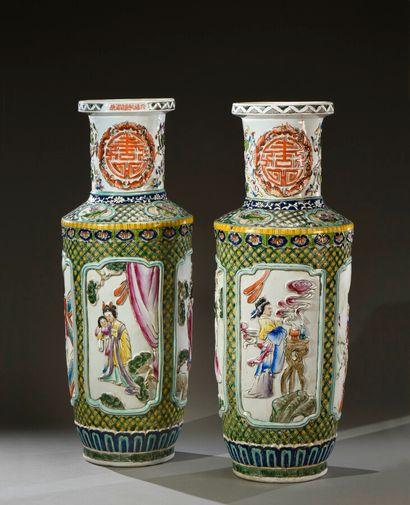 CHINE - XXe siècle  Paire de grands vases...