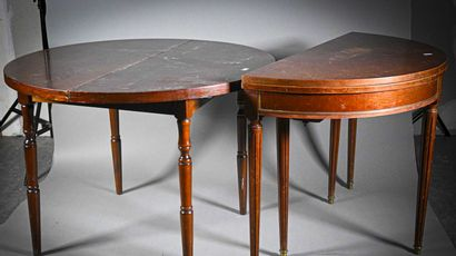 Deux tables demi-lune en acajou à plateau ouvrant, l'une à pieds cannelés reposant...