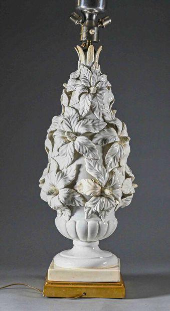Groupe en céramique émaillée blanc, figurant un haut vase fleuri, monté en lampe...