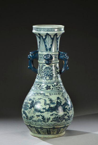CHINE - XXe siècle  Grand vase en porcelaine...