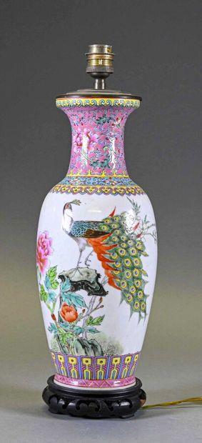 CHINE - XXe siècle  Vase en porcelaine à...