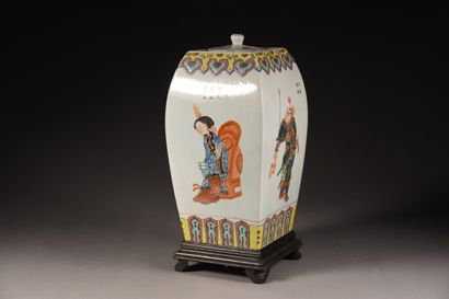CHINE - Vers 1900  Pot couvert carré en porcelaine, à décor polychrome de personnages...
