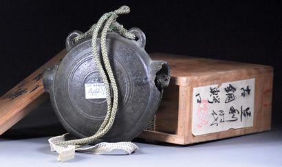 JAPON - XIXe siècle  Gong Waniguchi en bronze, dans le goût Muromachi  D. 15 cm