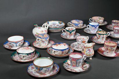 SARREGUEMINES  Ensemble en porcelaine polychrome comprenant : douze tasse à café,...