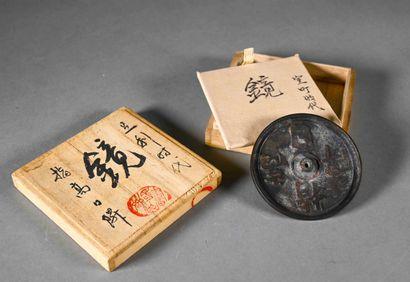 JAPON - XXe siècle  Miroir en bronze, dans...
