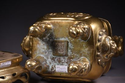 INDOCHINE - XIXe siècle  Brûle-parfums en bronze à deux anses à forme de bambous,...
