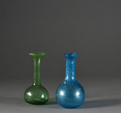 Deux vases en verre soufflé coloré vert et...