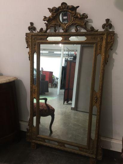 Miroir en bois doré à parcloses, le fronton...