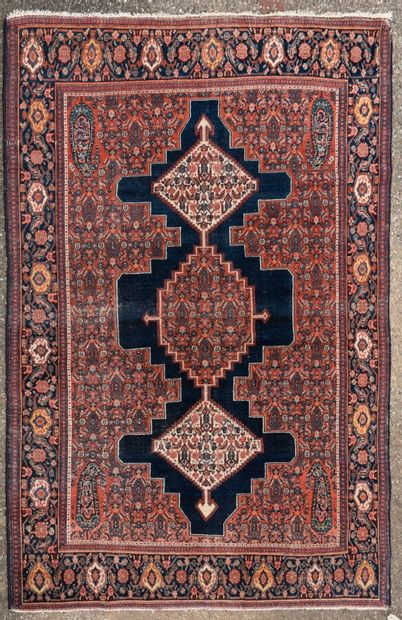 SENNEH - PERSE  Rare tapis en laine à décor...