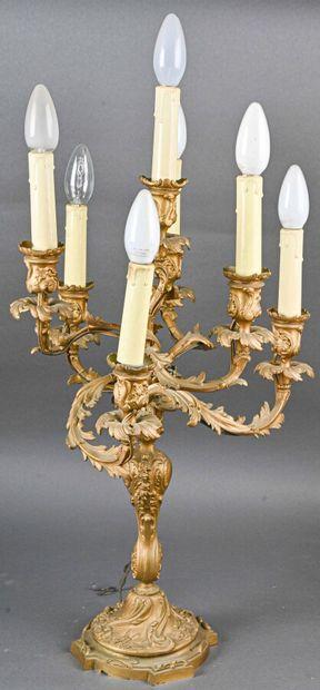 Paire de grands chandeliers en bronze doré de style Rocaille (repeints), à six feux...
