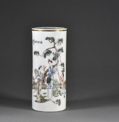 CHINE - XXe siècle  Vase rouleau en porcelaine,...
