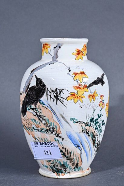JAPON - Début du XXe siècle  Petit vase quadrangulaire...