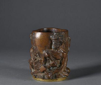 Porte-pinceaux en bronze à patine brune, à décor en relief aux trois nubiens  Porte...