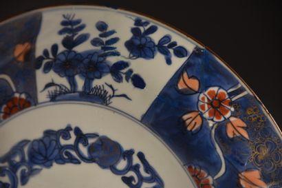 CHINE - XIXe siècle  Assiette en porcelaine à décor Imari  D. 27,5 cm AS  Accidents...