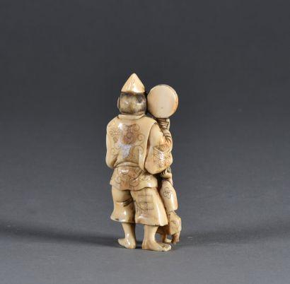 ** JAPON - Fin de période MEIJI (1868-1912)  Okimono en ivoire figurant un homme...