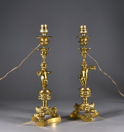 Paire de flambeaux en bronze à décor de putti,...
