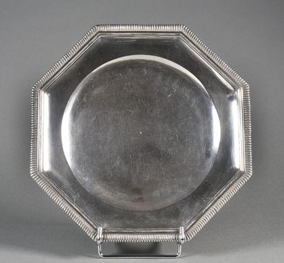 Beau petit plat octogonal en argent uni....