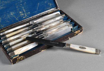Suite de douze couteaux à dessert lame acier,...