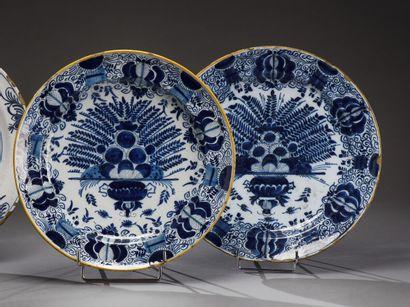 DELFT  Deux plats en faïence décorés en camaïeu...