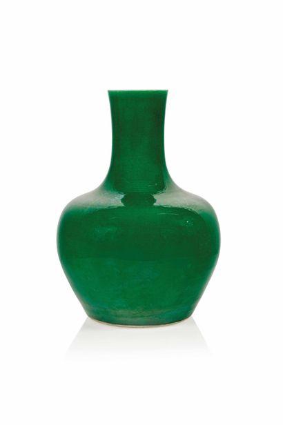 CHINE, fin XIXème siècle Paire de potiches en porcelaine craquelée de couleur verte...