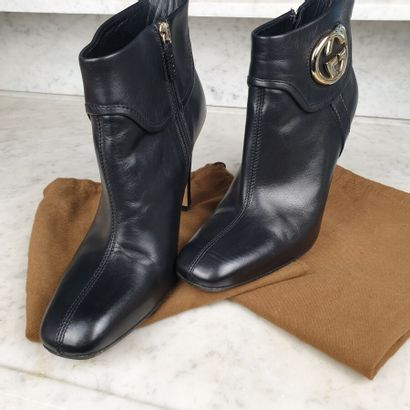 GUCCI  Paire de bottines en cuir noir à effet...