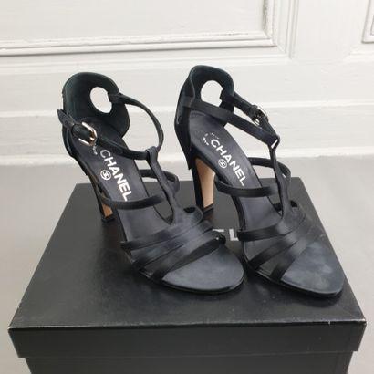 CHANEL  Paire de sandales nu pied en satin...