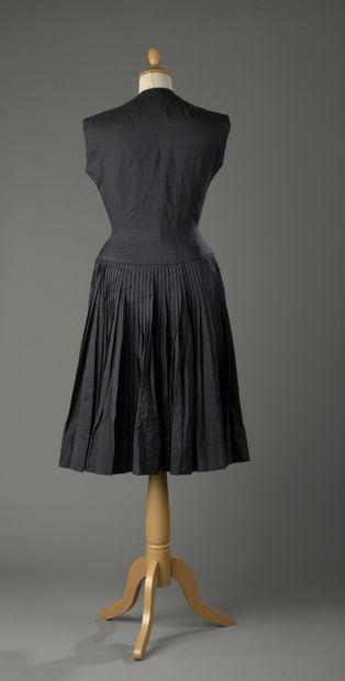 ANONYME haute couture, circa 1950  Robe en soie noire, haut à encolure ronde sans...
