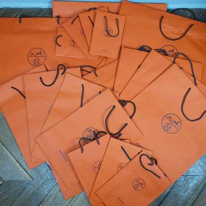 Lot comprenant 85 sacs papier Hermès orange...