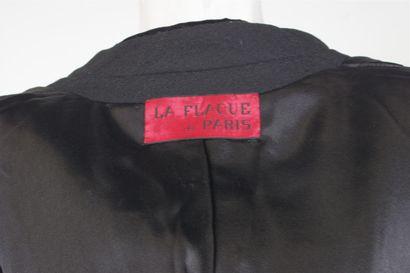 LA FLAQUE DE PARIS  Manteau en lainage noir, col montant en velours noir, simple...