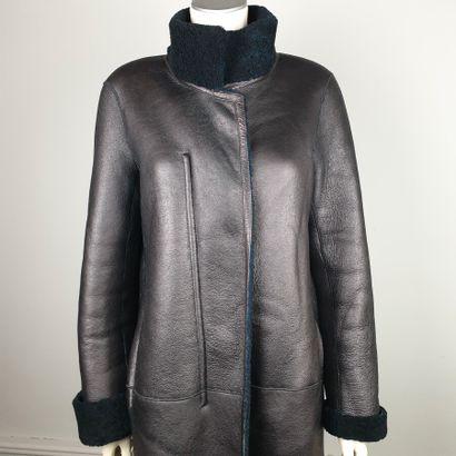 GERARD DAREL  Manteau 7/8 en peau lainée noire et prune irisé, col montant, fermeture...