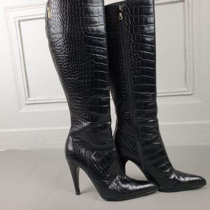PRADA  Paire de bottes en crocodile noir, talons de 10 cm. Pointure 37.  Très bon...