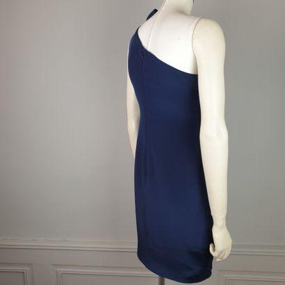 MARCHESA NOTTE  Robe du soir courte en soie bleu nuit à une épaule recouverte à...