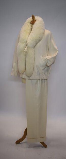 GIVENCHY Haute Couture  Ensemble comprenant un blouson court en cachemire ivoire,...