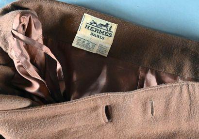 HERMES, Paris  Jupe mi- longue en cachemire beige, taille à double ceintures en...