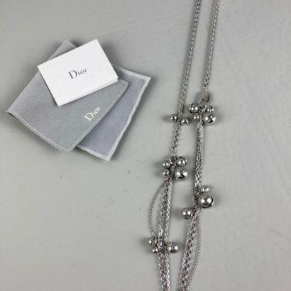 CHRISTIAN DIOR par John Galliano  Sautoir chaine en métal argenté retenant des bouquets...