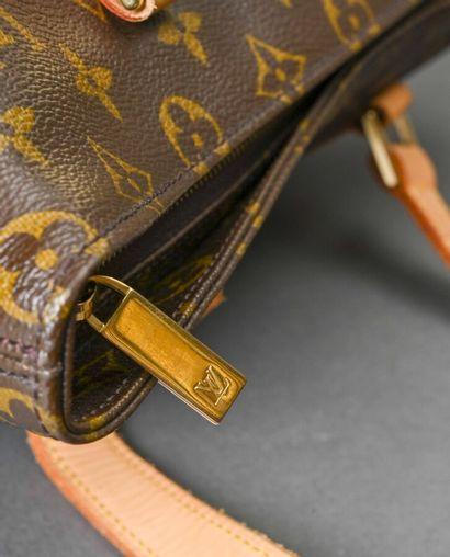 LOUIS VUITTON  Sac en toile monogram et cuir naturel, fermeture à glissière, double...