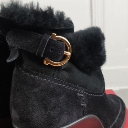 SALVATORE FERRAGAMO  Paire de bottines en daim noir à surpiqûres ton sur ton, fermeture...