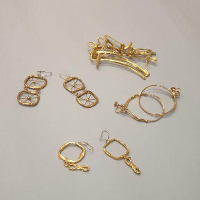 ANONYME  Lot comprenant quatre bijoux d'artiste...