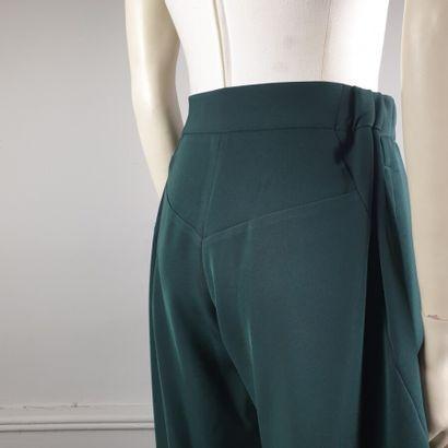 ISSEY MIYAKE n°IM79-FF520.  Pantalon large et rond en jersey polyester et triacétate...