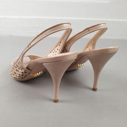 PRADA  Paire de nus pieds en cuir perforé beige à motif floral. Pointure 37. Talons...
