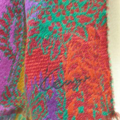 KENZO  Lot comprenant une écharpe à motif floral multicolore, une pochette en soie...