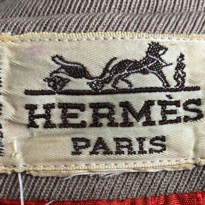 HERMES  Veste en jersey taupe, col cranté, simple boutonnage, manches longues, une...
