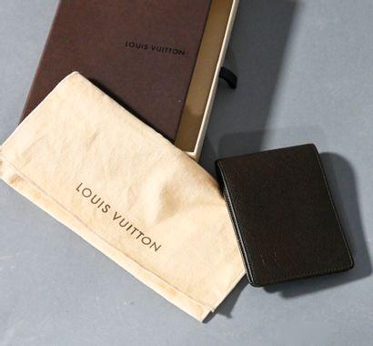 LOUIS VUITTON  Porte carte en cuir grainé...