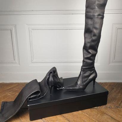 CHANEL  Paire de cuissarde en cuir noir façon...