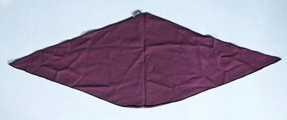 HERMES  Foulard triangle en soie bordeaux,...