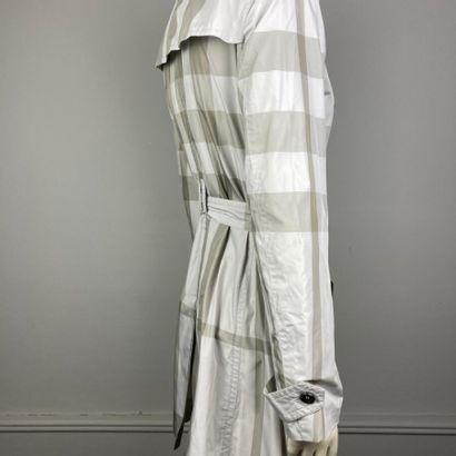 BURBERRY BRIT  Trench-coat 3/4 en polyester imprimé tartan gris et beige, col, bavolet...